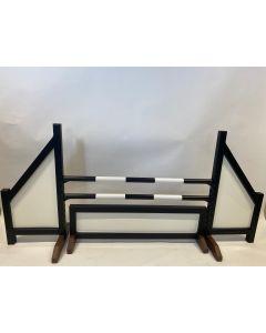 Obstáculo negro (cerrado) completo con dos barras de salto, 4 soportes de suspensión y valla de obstáculo negro