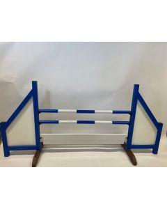 Obstáculo azul (cerrado) completo con dos barras de salto, 6 soportes de suspensión y tablero de obstáculos