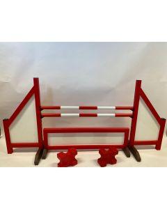 Obstáculo rojo (cerrado) completo con dos vigas de salto, 4 soportes de suspensión, valla de obstáculos y 2 bloques de cavaletti