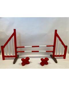 Obstáculo rojo (abierto) completo con dos vigas de salto, 4 soportes de suspensión y 2 bloques de cavaletti
