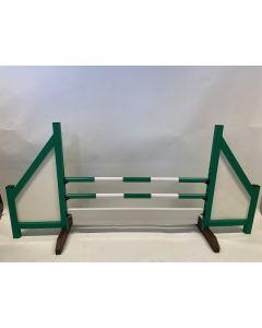 Verde de obstáculos (cerrado) completo con 2 vigas de salto, 6 soportes de suspensión y tablero de obstáculos